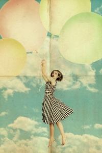 femeie zboara cu baloane